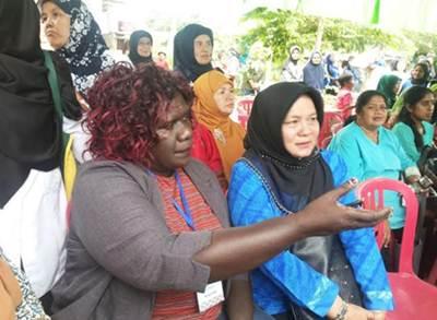 Salah seorang ibu-ibu peserta dari Srilanka ketika bertanya tentang tata kelola UPPKS Kelurahan Payolansek, Minggu (29/5).