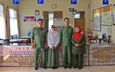 Lurah Pakan Sinayan, Kecamatan Payakumbuh Barat, Zailendra, S.IP,  dari Kota Payakumbuh foto bersama di kantor bersama para staf.