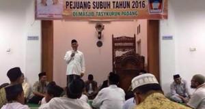 Walikota Padang, H. Mahyeldi Dt Marajo saat penyerahan hadiah untuk para pejuang subuh Masjid Tasykurun, Minggu (29/5).