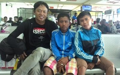 Fahmi Ismail, pelatih SSB Blue City bersama dua pemain asuhannya.