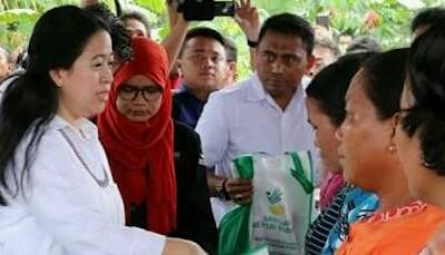 Menko PMK RI Puan Maharani memberi bantuan ke warga Limapuluh Kota