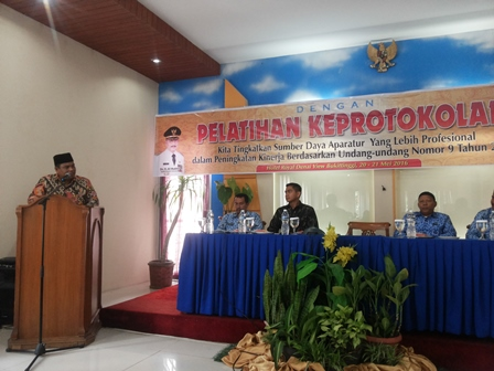 Wakil Bupati Padangpariaman Suhatri Bur memberikan sambutan pada acara Pelatihan Keprotokolan di Hotel Royal Denai View, Bukittinggi, Jumat 20/5 (foto/humas)