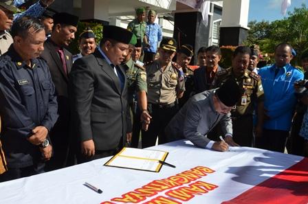 Bupati dan Wakil Bupati Padangpariaman Ali Mukhni, Suhatri Bur menandatangani pernyataan sikap menolak paham komunisme di Padangpariaman