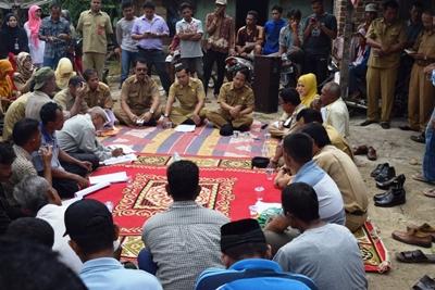 Wabup Ferizal Ridwan berdialog dengan utusan tokoh masyarakat Subarang Parit.