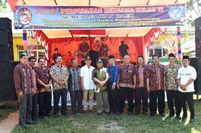 Wabup Ferizal Ridwan bersama para guru saat mengikuti kegiatan perpisahan siswa kelas enam SD se-Kenagarian Maek.