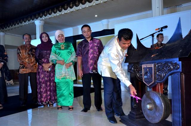 Walikota Pariaman Mukhlis Rahman memukul gong tanda dibukannya lounching pariaman fashion parade