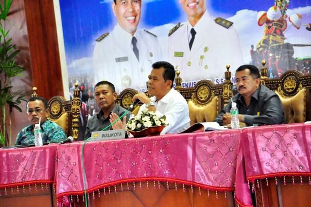 wako Mukhlis Rahman menyampaikan sambutan didepan para pedagang pasar pariaman (foto/humas)