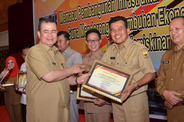 Wako Pariaman, Mukhlis Rahman terima penghargaan Anugerah Pangripta Nusantara dari wagub sumbar