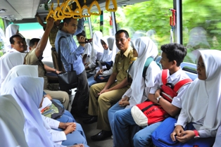 wawako berdialog dengan siswa tentang keberadaan bus sekolah