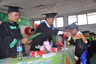 wawako Genius Umar menyalami santri lulusan terbaik di masing masing MDTA yang diwisuda