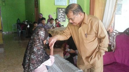 Bupati Ali Mukhni menyerahkan bantuan kepada Ayu di Panti Asuhan Yayasan Al Hidayah