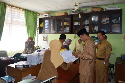 Bupati Irfendi Arbi saat Sidak ke Dinas Pendidikan