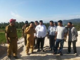 Ali Mukhni Dan Suhatri Bur Bersama Warga Buayan Batang Anai dalam pembebasan lahan