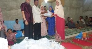 Disaksikan Camat Payakumbuh Selatan Doni Prayudha, Ketua TP-PKK Ny. Dr. Henny Riza Falepi menyerahkan paket buat menghadapi lebaran kepada keluarga miskin di Balai Panjang, Jumat