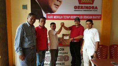 Wakil Ketua DPC Partai Gerindra Nasrul Kenong, Relawan Anak Nagari Jumhur Ompang Sambilan, dan Mosir J Safani, mendampingi Chandra diserahi formulir pendaftaran oleh Ketua Partai Gerindra H Nusyirwan.