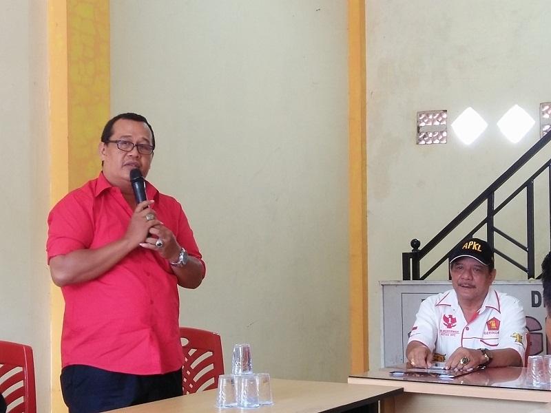 Sekretaris DPC PDI P Herman R di hadapan Ketua DPC Partai Gerindra H Nusyirwan.