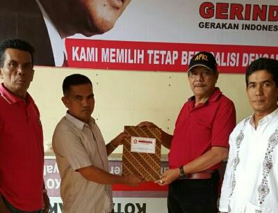 Utusan H Riza Falepi Chandra didampingi Relawan Anak Nagari Jumhur Ompang Sambilan ambil formulir pendaftaran di DPC Partai Gerindra. Ketua H Nusyirwan dan Andra Awal Wahid menyerahkannya.