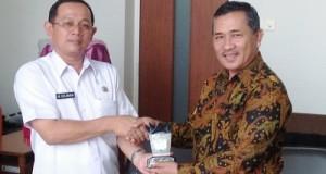 Ketua Komisi A DPRD Kota Payakumbuh H Fitrial Bahri dan Asisten III Setdakab Bandung Barat M Sulaiman