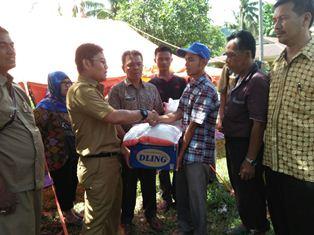 Kepala Disnakhut Padangpariaman Yurisman pada saat menyerahkan bantuan kepada korban banjir