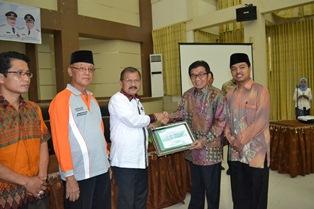 Bupati Padangpariaman Ali Mukhni Menerima Penghargaan Dari OJK-RI