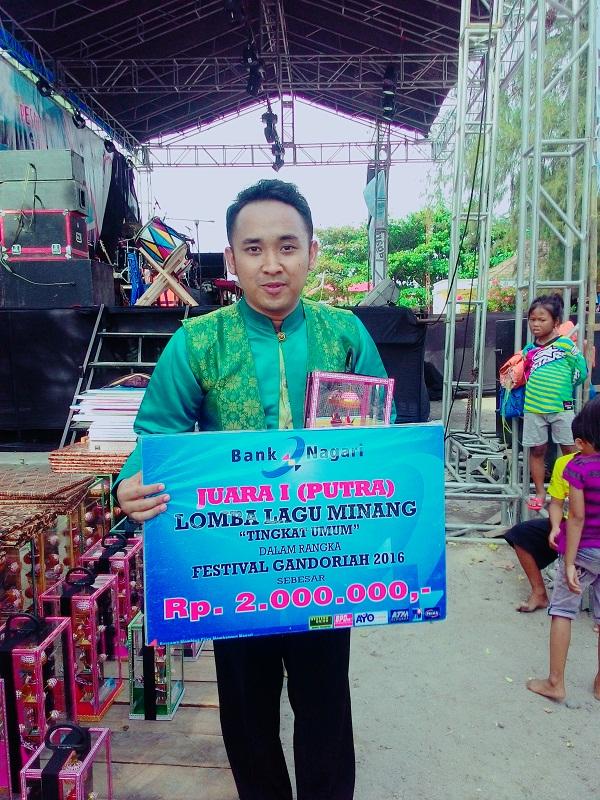 Romico Juara I Putra Lomba Lagu Pop Minang Festival Pesona Gandoriah 2016 di Kota Pariaman
