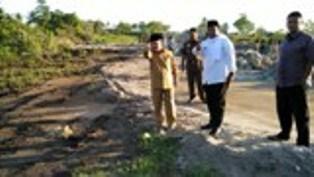 Bupati Ali Mukhni denganj Wakilnya tinjau pembangunan jalan Tiram dan BIM