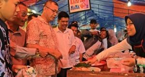 Wako Riza Falepi bersama Kadis Perindag Dahler tinjau Pasar Pabukoan Ramadhan 1437 H yang berlokasi di jalan Sutan Usman Asia Baru