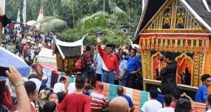 Bupati Irfendi Arbi menaiki sampan hias di atas Batang Maek Pangkalan saat kegiatan 'potang balimau' di Kecamatan Pangkalan Koto Baru.
