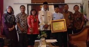 Penghargaan dari Kementerian Lingkungan Hidup dan Kehutanan RI ini diterima Walikota Padang H Mahyeldi Dt Marajo, Jumat (26/6).
