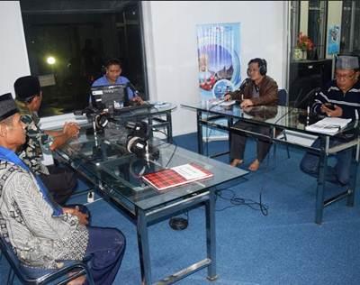 Wabup Ferizal Ridwan, ketika menjadi narasumber dialog interaktif di RRI Pro-3 FM Padang, Minggu (26/6) pagi.