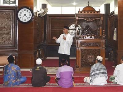 Walikota Padang H Mahyeldi Dt Marajo membuka pelaksanaan itikaf di Masjid Jabal Rahmah, Air Pacah, Senin (27/6).