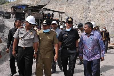 Gubernur Irwan Prayitno melakukan kunjungan ke lokasi musibah tambang batu bara Sawalunto, Selasa (28/6) siang.
