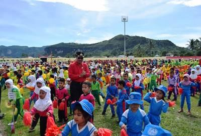 Bupati Limapuluh Kota Irfendi Arbi bersama sekitar 100 anak PAUD se-Kabupaten Limapuluh Kota mengikuti senam masal, di Gelanggang Olah Raga Singa Harau, Jumat (3/6).