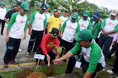 Bupati Limapuluh Kota Irfendi Arbi, didampingi Wakil Bupati Ferizal Ridwan dan peserta peringatan Hari Lingkungan Hidup (HLH) Sedunia, di Kantor Bupati Sarilamak, Jumat (3/6).