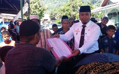Camat Padang Selatan, Fuji Astomi memberikan surat keterangan kematian kepada ahli waris dari salah satu warganya.