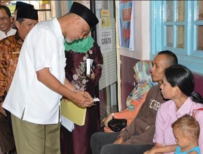 Walikota Padang H Mahyeldi Dt Marajo bercengkerama dengan warga saat mengunjungi kantor Disdukcapil Selasa (7/6) pagi.