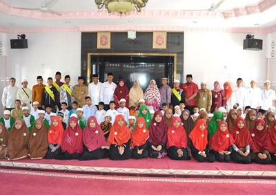 Walikota Padang H. Mahyeldi Dt Marajo berfoto bersama usai membuka kegiatan Daurah Hafal Alquran di Masjid Narul Khairat, Alang Laweh, Senin (6/6).