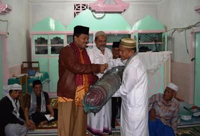 Bupati Limapuluh Kota Irfendi Arbi saat menyerahkan bantuan tikar masjid pada Selasa (7/6).