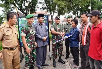 Brigjen TNI Widago Hendro S. Kasdam I/BB menyerahkan bantuan rumah layak huni (RLH) kepada masyarakat Limapuluh Kota.