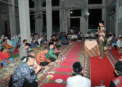 Gubernur Sumatera Barat Irwan Prayitno saat melakukan kunjungan safari ke Masjid Sungai Pasak Kecamatan Pariaman Timur, pada Kamis (9/6) malam.