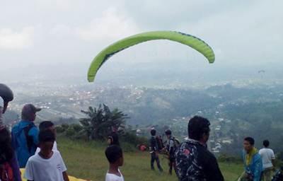 Kejuaraan Paragliding Trip of Indonesia (TRoI) Seri I Kemuning, di Bukit Segoro, Karanganyar,  Jateng, akhir Mei lalu.