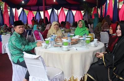 Wakil Gubernur Sumatera Barat Nasrul Abid dalam acara buka puasa bersama Badan Kerjasama Organisasi Wanita (BKOW) Sumatera Barat, Sabtu (11/6).