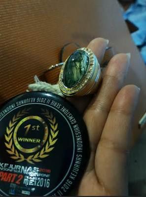 Batu lumut milik Betta Karisma (26) menjadi juara 1 dalam Kejurnas Session 2 Indonesian Gemstone (IGS), 24-29 Mei silam.
