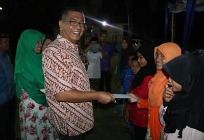 Walikota Payakumbuh Riza Falepi saat menyerahkan bantuan untuk anak yatim dalam kegiatan buka puasa bersama di rumah dinas Walikota.