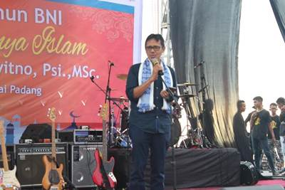Gubernur Sumbar Irwan Prayitno menyampaiakn tausiyah dalam acara Tabligh Akbar Indahnya Ramadhan yang diselenggarakan BNI dalam rangka HUT ke 70 tahun BNI di Monumen Merpati Perdamaian, Pantai Muaro Lasak, Padang (12/6).
