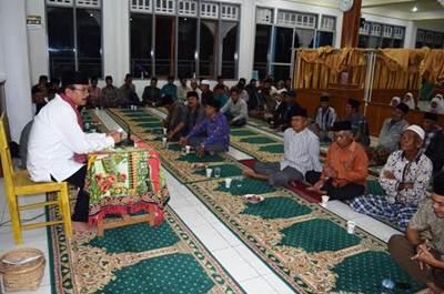 Tim Safari Ramadhan yang dipimpin Sekretaris Daerah Kabupaten Limapuluh Kota H Yendri Tomas, SE, MM di Masjid Raya Pauah Sangik, Senin (13/6).