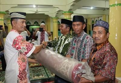 Lurah Talang menrima bantuan tikar shalat dari TSR Kelompok V Payakumbuh dipimpin Kapolresta Payakumbuh yang diwakili Kasat Bimas AKP Yanisman SH di Masjid Muflihin, Senin (13/6).
