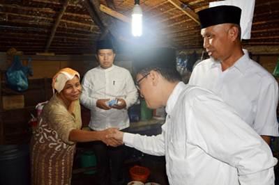 Walikota Padang H. Mahyeldi Dt Marajo mengunjungi rumah Ulut dan keluarga, Rabu (15/6).