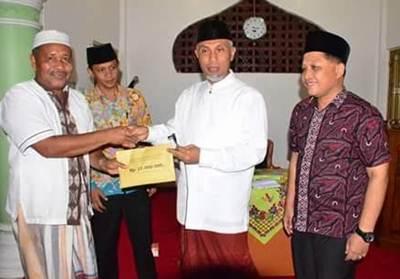 Walikota Padang H. Mahyeldi pada kegiatan Safari Ramadhan di Masjid Al Amilin, Komplek Azizi Andalas Timur, Kecamatan Padang Timur, Selasa (14/6) malam.