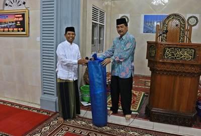 Sebelum pelaksanaan tarweh, Ketua TSR Adrian menyerahkan bantuan pemko berupa dua gulung tikar shalat untuk Masjid Ikhlas yang diterima pengurusnya, diwakili M. Zainir.